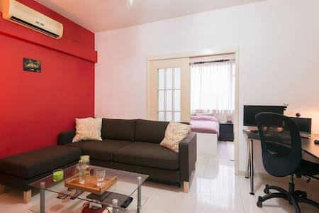 Our comfortable one large bedroom apartment is perfectly located right next to Hollywood Park (hence quiet) at walking distance from Soho, IFC & Lan Kwai Fong. Surrounded by many great restaurants and bars, you also are 5min away from Sheung Wan MTR.