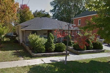 Smaller bdrm downtown Collingwood - House