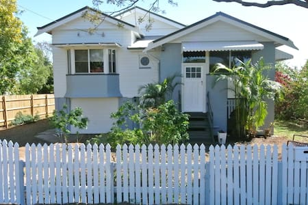 Queenslander between City and Beach - House