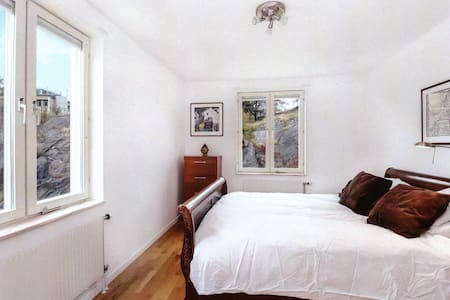 A comfortable room in a modern city flat next door to Lindholmen science park. The flat is hidden away on a quiet street by the water. There is a good size room with a double bed of 160x200cm. Parking is available.