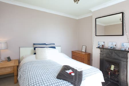 Double bedroom near station & town