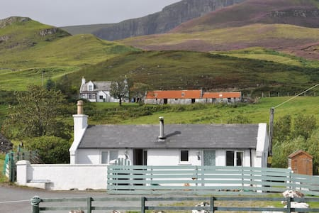 Cosy cottage at foot of Quiraing - Portree - Dom