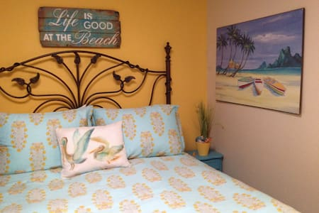 charming and comfortable one bed room with new queen sz bed. Private bathroom use of the kitchen. It's 2 blocks to beach pleasure point,  one block from the mall, a step out to the bus stop. Santa Cruz has so much to offer all year round.