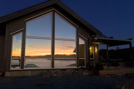Ny hytte med fantastisk beliggenhet i Austefjorden - Srub