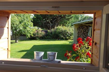 Maison en bois  dans un jardin calme et verdoyant - House