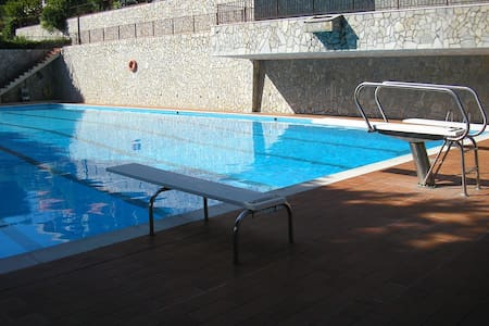 Trilocale con vista mare e piscina - Leilighet