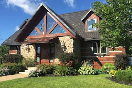 Canadian Riverside Log Home Luxury Cottage - Srub