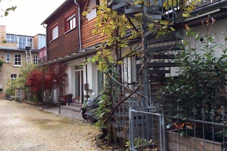 Hinterhof-Idylle Karlsruhe Südstadt - House