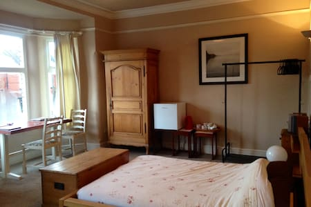 very large triple room / bedsit - House