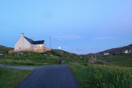 The Harbour Bar - Cosy Family Home - Eriskay