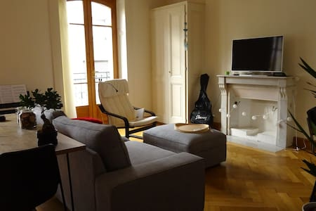 Bright bedroom in a lovely apartment in Carouge - Carouge