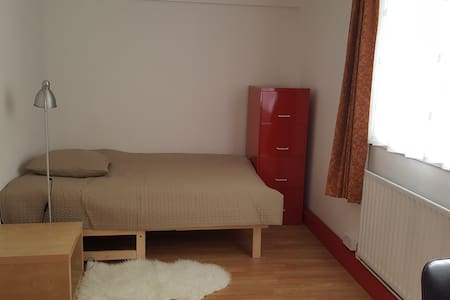 Large double bedroom in Old Street/ Shoreditch - London - Apartment