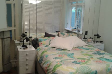 Large bedroom 300m from the beach - Coogee - Apartment