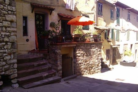 Caratteristico appartamento in centro storico - Sassetta - Lägenhet