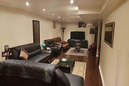 Full walkout basement in a convenient location - Huoneisto