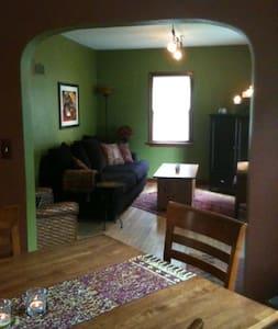 Cozy La Crosse Cottage - Hus