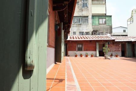 台灣傳統汾陽古厝 - 左營萬年季 - Erdhaus