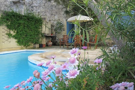 Traditional Farmhouse with Private Pool and Views - Il-Munxar