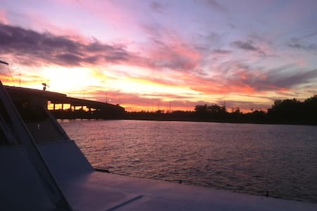 Best Riverside Sunset Downtown NC! - Wilmington - Barco