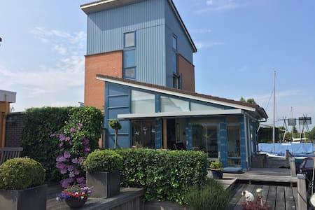 Vrijstaand huis aan water  in  Heeg - Heeg - Haus