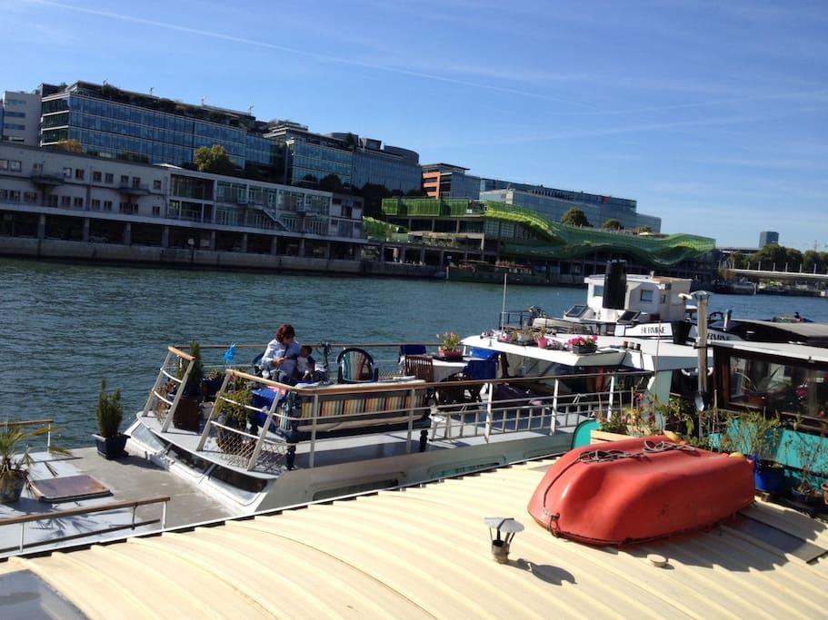 Petite chambre cosy dans un bateau boats for rent in paris for Dans un petit bateau