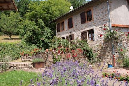 Gezinshuis in de Auvergne bij beek - Srub