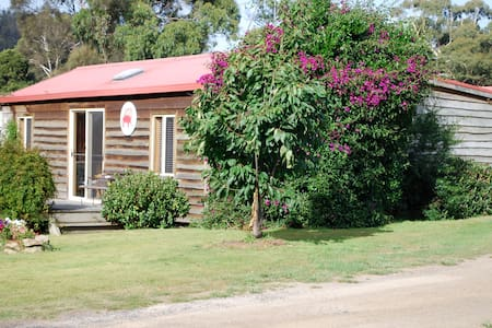 Beach Cottage in the heart of Coles - Rumah