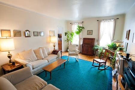 Beautiful, comfortable bedroom full of light in a lovely top-floor apartment with views of Prospect Park. 3-minute walk to the subway for a 20-minute subway ride to Manhattan. Coffee shops, restaurants, bars, gourmet grocery store within two blocks.