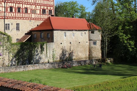 Manor by the moated castle - Kastil