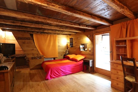 Old house in a fantastic place - Chalet