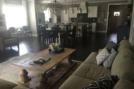 Beautiful NEW 3400 sq ft...minutes from Nashville - Ház