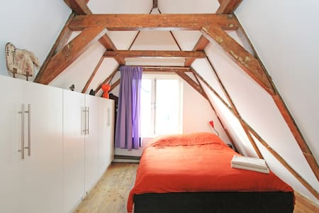 We have a lovely house in the centre of Amsterdam built in 1747. 15 meters from the Prinsengracht (canal) it's situated in one of the oldest streets of Amsterdam. We have a 4 story house, but all live concentrates around our large living-kitchen.