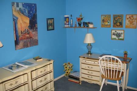 Single room, pvt bath, free wifi, breakfast - Maison