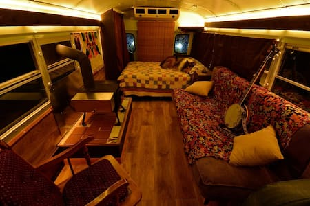 Cozy School Bus Conversion - Shepherdstown - Annat
