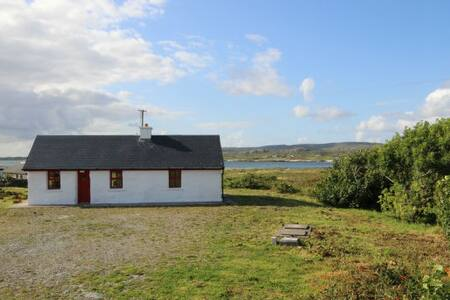 This is just perfect if you are looking to stay in a traditional modern style Irish holiday cottage in Derrygimla, Ballyconneely.  Set in peaceful surroundings overlooking the Atlantic Ocean.