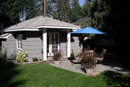 Immaculate Downtown Bend Cottage