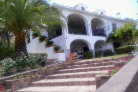 casa de campo con jardín y piscina - Haus