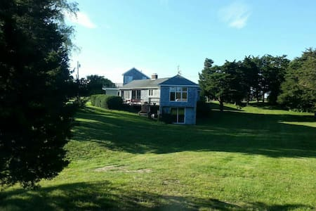 Beautiful quiet home on salt pond - Charlestown - 一軒家
