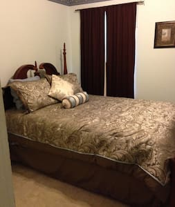 4 poster Queen bed, den/office, pool and bath - Rowlett - Ház