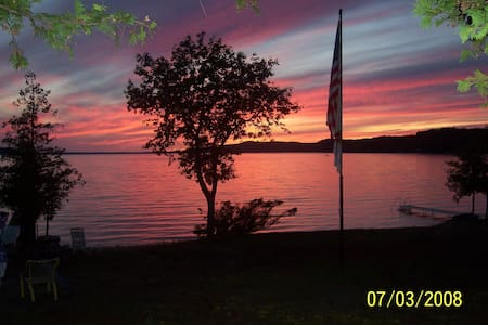 Family Cottage right on the Lake - Beulah