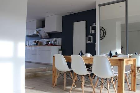 Chambre dans maison avec jardin à 10km de Lyon - Hus