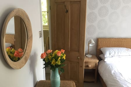 Kingsize room w. en-suite, village nr Winchester - Kings Worthy
