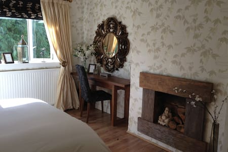 Gorgeous king size room nearest to GLA airport - Maison