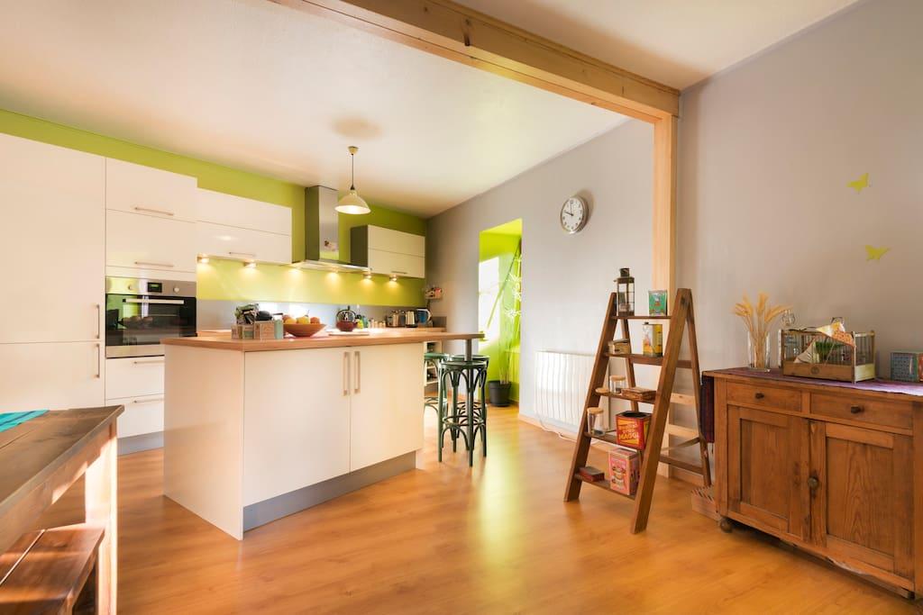 La cuisine avec, à disposition : micro-ondes, four, plaques, frigo
