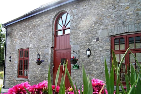Merlin Stable Cottage with hot tub - Cynghordy - House
