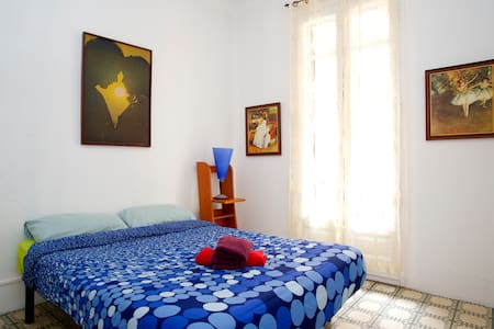Cozy room with balcony near Rambla