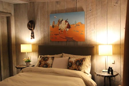 The Cowhand Room at FlipJack Ranch - House
