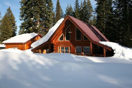 Rustic Log Cabin with Priv Hot Tub