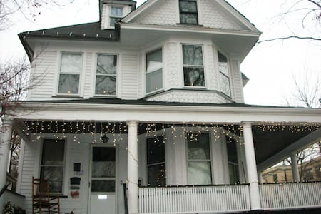 Comfy home! 2Bed Family Friendly - 15 min to NYC! - Rutherford - Casa