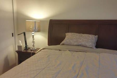 这是2室2卫的一间。在10几层楼, 临近河边, 卧室能看到曼哈顿中城。 - Jersey City - Apartment